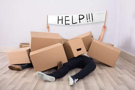 Couple, mensonge, sous, tas, carton, boîtes, plancher, projection, blanc ...