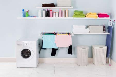 Interior del lavadero con lavadora y equipo de limpieza