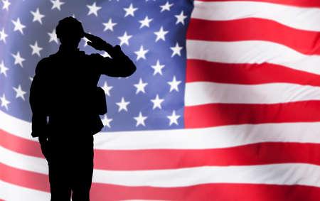 兵士アメリカの国旗に対する敬礼のシルエット