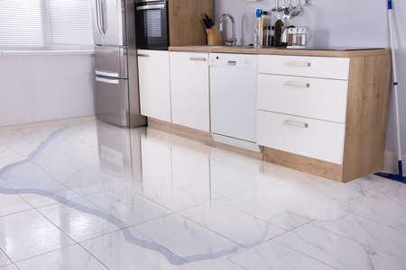 キッチン水漏れから浸水床のクローズ アップ写真 写真素材