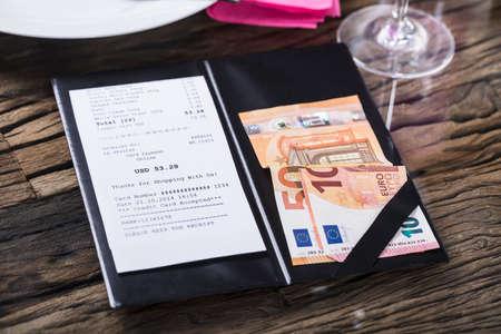 木製机の上の紙幣と紙幣の高い眺め
