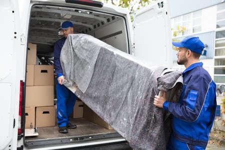 deux jeunes hommes de livraison dans les meubles de l & # 39 ; atelier de camion de camion Banque d'images