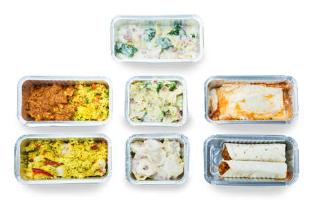 Vista de alto ángulo de comida sabrosa en recipientes de papel sobre fondo blanco Foto de archivo - 93769316