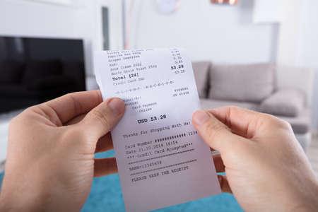 Zbliżenie Ręki Osoby Trzymającej Rachunek W Domu Zdjęcie Seryjne