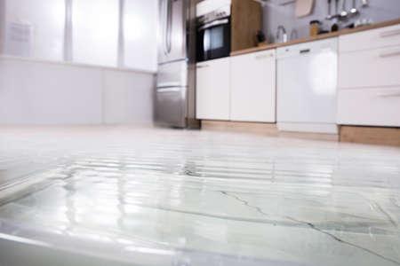 Gros plan photo de sol inondé dans la cuisine de la fuite d & # 39 ; eau Banque d'images - 93741230