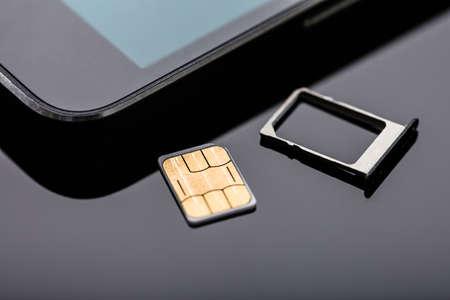 Close-up Di Nano Sim Card Pronto Da Inserire In Smart Phone Sopra La Scrivania Archivio Fotografico