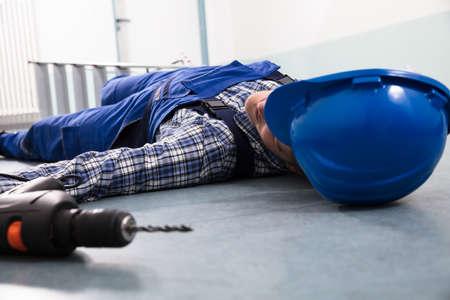 Primer plano del casco de manitas con manitas inconsciente acostado en el piso