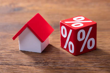 Close-up van Huismodel en Percentage Rood Blok op de Houten Lijst Stockfoto