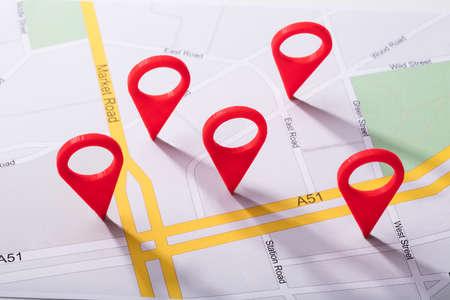 Wysoki Kąt Widzenia Mapy Miasta Z Czerwonym Znacznikiem Lokalizacji