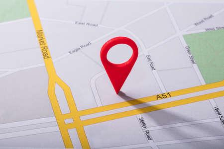 Veduta dall'alto della mappa di navigazione con puntatore pin rosso