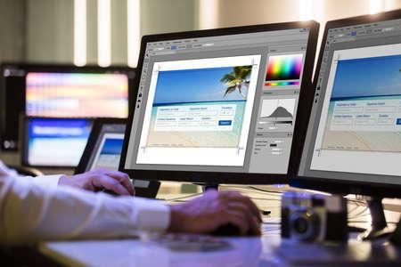 Close-up Van Een Ontwerper Hand Werken Aan Meerdere Computerschermen Op De Werkplek