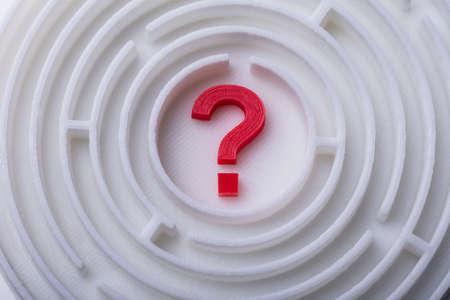 Vista elevata del labirinto con punto interrogativo rosso nel centro