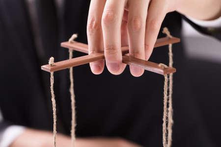 Close-up Van De Hand Van Een Ondernemer Manipuleren Marionet Met String