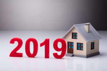 Año 2019 además del modelo de casa sobre fondo reflectante