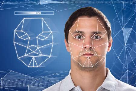 Primer plano de la detección y el reconocimiento del rostro de un hombre