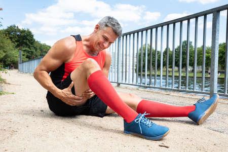 Close-up de un hombre maduro con esguince del músculo del muslo Foto de archivo