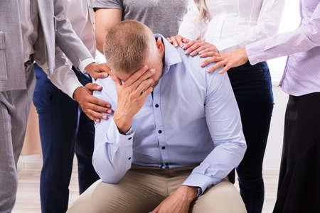 Grupo de personas, consolador, malestar, hombre, sentado, en, silla