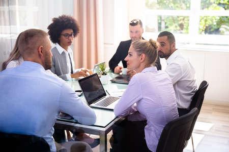 Groep Ondernemers Zitten In Kantoor Tijdens Zakelijke Bijeenkomst Stockfoto