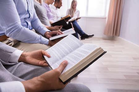 Widok Połowy Przekroju Ludzi Czytających Świętą Księgę W Sali Zdjęcie Seryjne