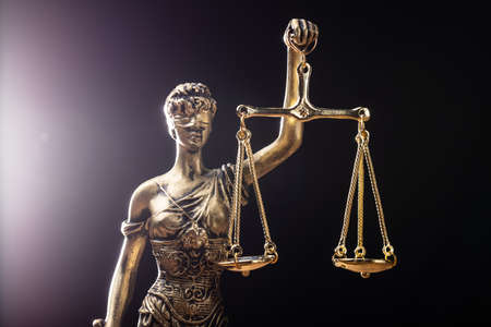 Close-up Of Gold Colored Justice Statue On Black Background Standard-Bild