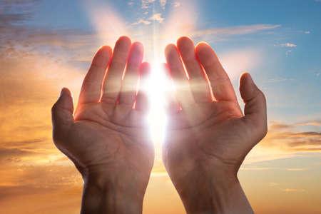 Primo Piano Di Un Mani In Preghiera Con La Luce Solare
