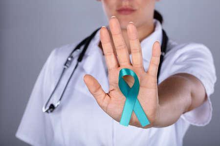 Gros plan, de, a, femme médecin, sensibilisation, sur, cancer ovarien