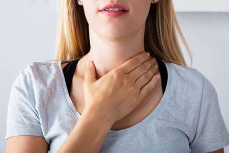 Nahaufnahme einer kranken Frau, die Halsschmerzen hat