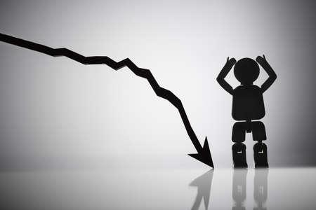Figure humaine debout en plus de la flèche se déplaçant vers le bas sur fond réfléchissant