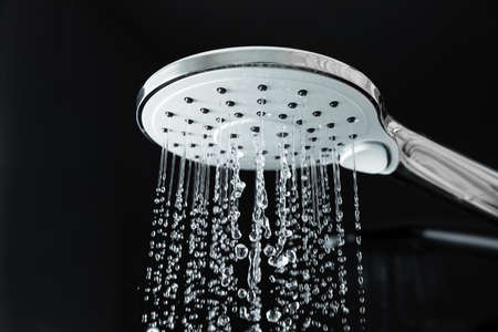 Zbliżenie wody płynącej z prysznica w łazience