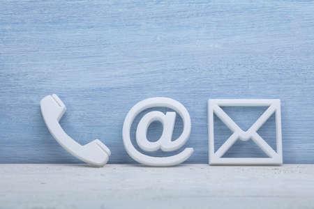 Primer plano de un teléfono, correo electrónico e iconos de publicación. Contáctenos