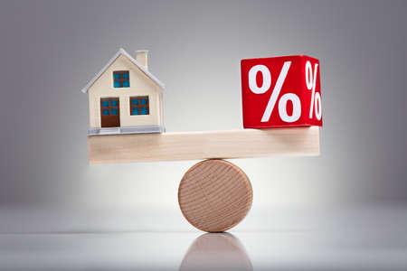 Bilanciamento della percentuale del blocco rosso e del modello di casa sulla piccola altalena sopra la scrivania