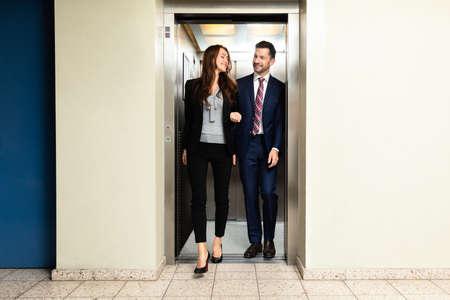Heureux jeune couple sortant d'un ascenseur Banque d'images
