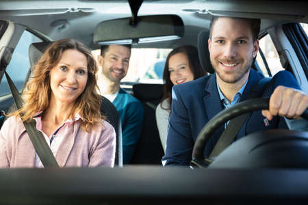 Groupe d'amis heureux s'amusant dans la voiture