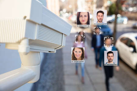 Enfoque selectivo de rostros de personas reconocidos con el sistema de aprendizaje intelectual