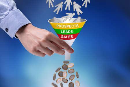 Close-up di imprenditore azienda imbuto convertendo le prospettive in Money