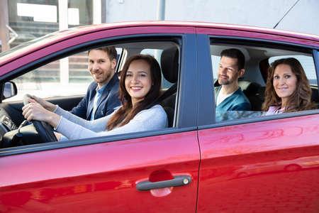 Grupo de amigos felices divirtiéndose en el coche
