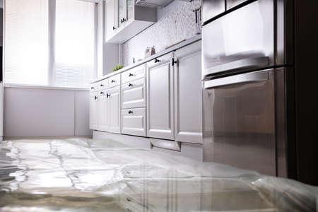 Close-up de piso inundado en la cocina por una fuga de agua