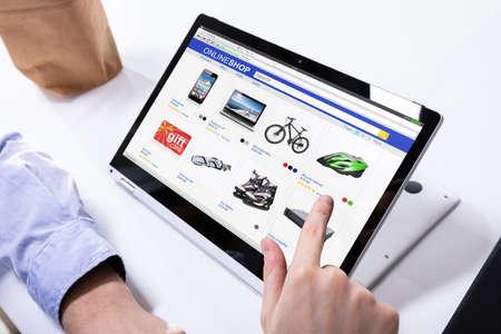 Close-up di un uomo lo shopping online sul computer portatile digitale a casa