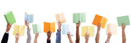 Gruppo di mano di persone che tiene libri colorati contro isolati su sfondo bianco
