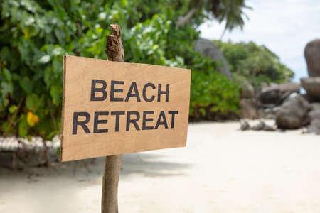 Close-up Of Beach Retreat Sign Pole On Beach Stockfoto - 124798425
