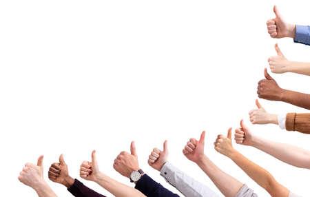 Close-up de la mano del pueblo mostrando el pulgar hacia arriba signo contra aislado sobre fondo blanco.