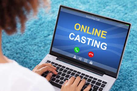 Gros plan d'une femme utilisant un ordinateur portable avec un texte de diffusion en ligne recevant un appel entrant sur l'écran Banque d'images