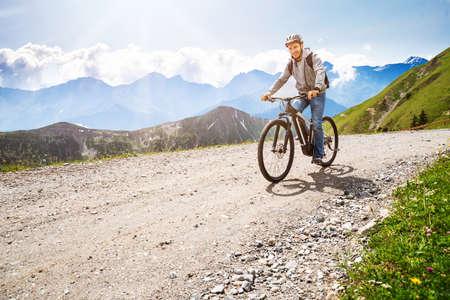 Mann fährt elektrisches Mountainbike in den Alpen