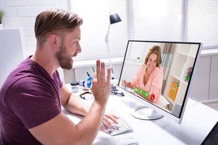 Close-up of Male Coach vidéoconférence sur ordinateur avec client Banque d'images