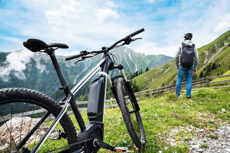 Mann, der eine fantastische Aussicht genießt, nachdem er die Bergstrecke beendet hat?