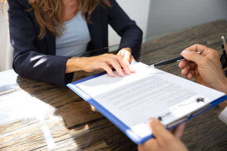 Zbliżenie agenta nieruchomości pomagającego klientowi w wypełnieniu formularza umowy Zdjęcie Seryjne