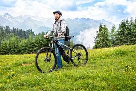 Main On Mountain With His Bike In Alps 版權商用圖片 - 129110431