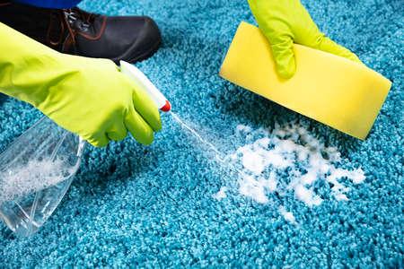Manos recortadas alfombra de limpieza con espuma de jabón en casa