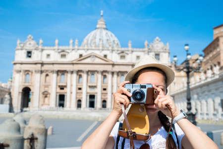 Woman Taking Photos Of St. Peter's Basilica in the Vatican Foto de archivo - 129473053