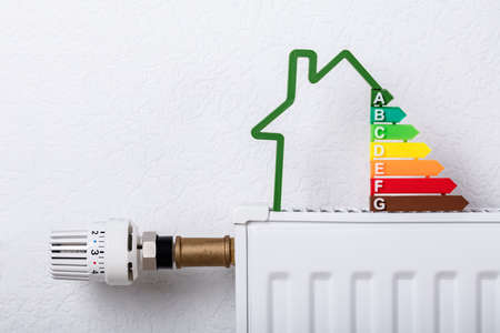 Close-up Of House Model Showing Energy Efficiency Rate On Radiator At Home Banque d'images - 129473082